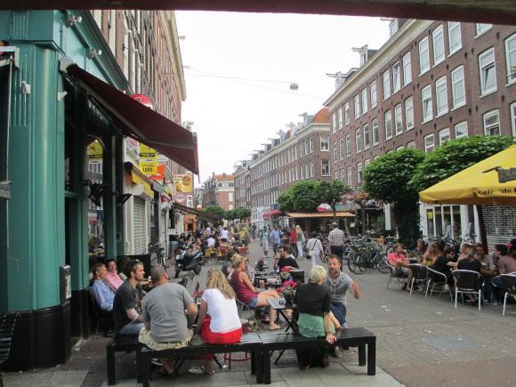Życie uliczne w De Pijp - knajpy, piwo i atmosfera pełna luzu